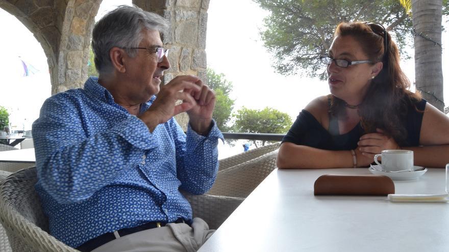 Juan Gavilán, autor de 'Infancia y transexualidad', y Pilar Sánchez, madre de Gabriela, durante la charla | N.C.