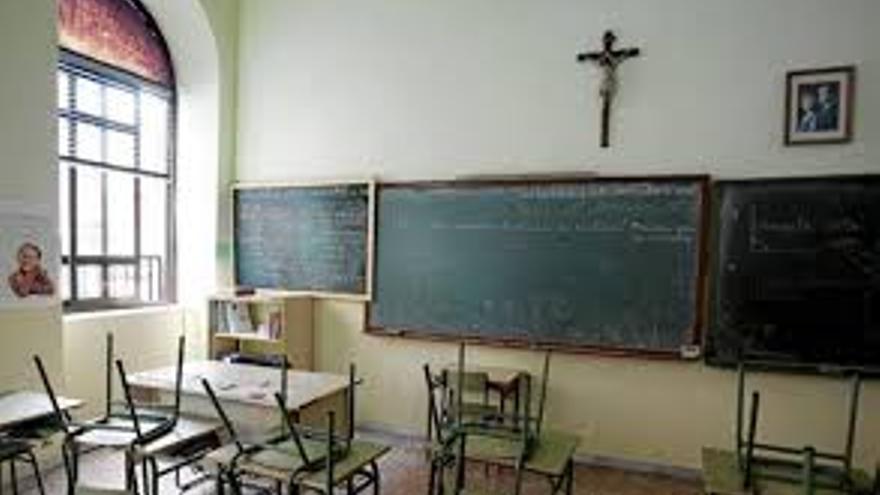 Clase con crucifijo