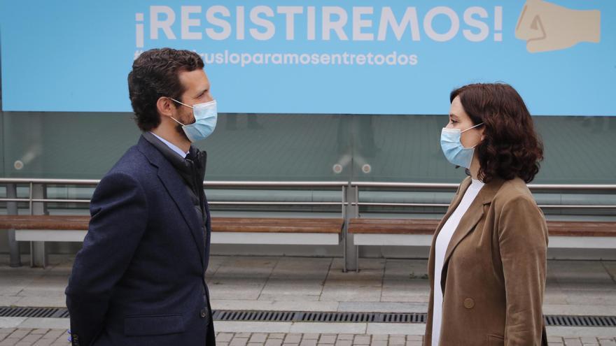 Pablo Casado e Isabel Díaz Ayuso en el hospital de Ifema el 16 de abril.