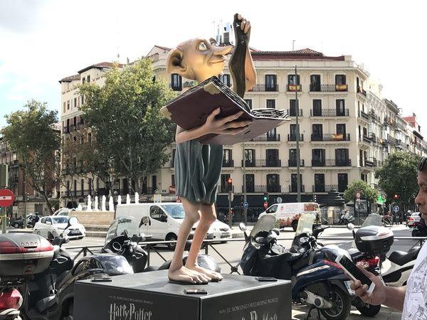 Escultura de Dobby en la Glorieta de Bilbao   Fotografía: Somos Chueca
