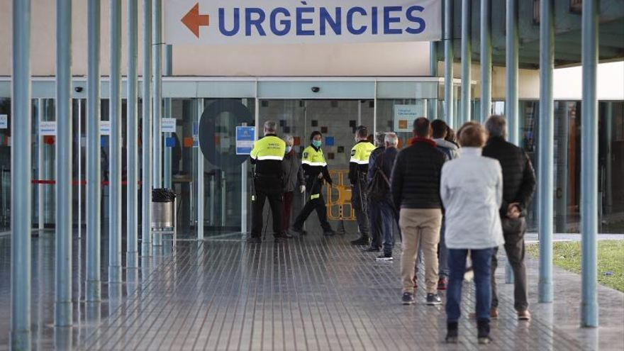 Varios agentes de seguridad controlan el acceso de urgencias en el hospital del Mar de Barcelona. EFE/Alejandro García