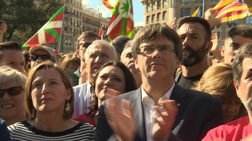 """Puigdemont cree que """"no está muy lejos"""" que los barceloneses puedan votar y sigue dispuesto a hablar con Rajoy"""