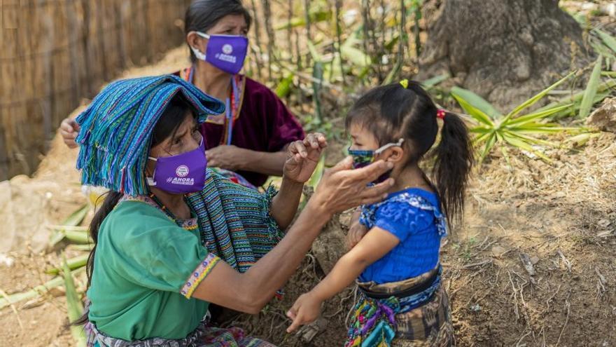 Dos mujeres y una niña en un pueblo de Guatemala