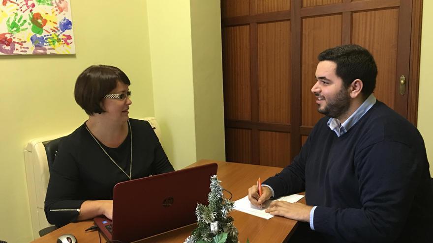 Mayte Rodríguez, consejera del grupo Popular en el Cabildo de La Palma, y Alejandro Sánchez,  portavoz de Nuevas Generaciones en la Isla.