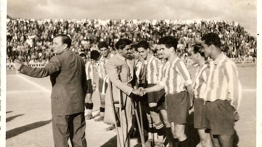 Rosendo saluda a los jugadores de la selección Laguna-Norte.