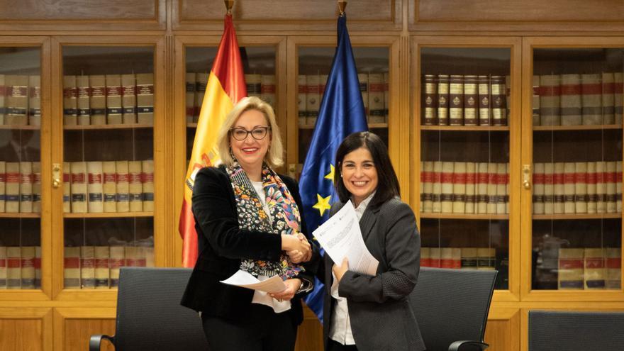 (Imagen de archivo) Carolina Darias y la directora de la Inspección de Trabajo y Seguridad Social, Soledad Serrano, en la firma del acuerdo en Madrid