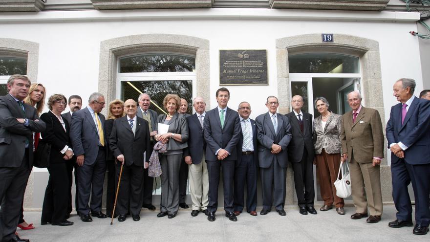 Feijóo y Villar Mir (derecha), en un acto de la Fundación Fraga ante la casa natal del expresidente gallego en 2011