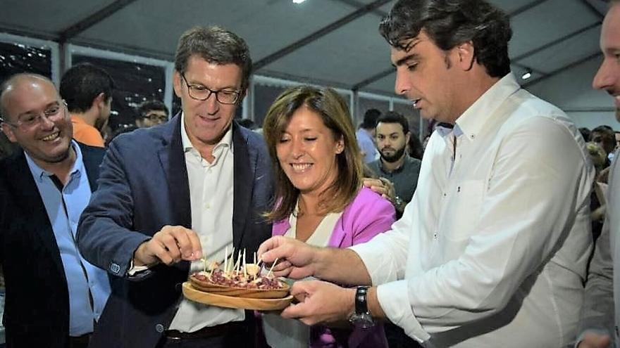 Feijóo, con el presidente del PP coruñés y la candidata popular a la alcaldía de A Coruña, en una imagen de archivo