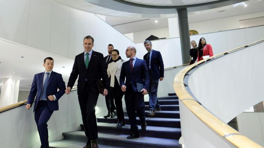 El secretario general del partido ultraderechista VOX, Javier Ortega Smith (2i), llega a una conferencia sobre la unidad de España en el Parlamento Europeo en Bruselas (Bélgica), el pasado marzo.