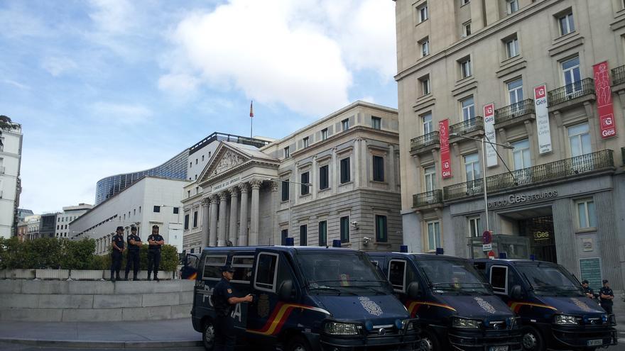 Los primeros manifestantes comienzan a llegar al perímetro del Congreso de los Diputados