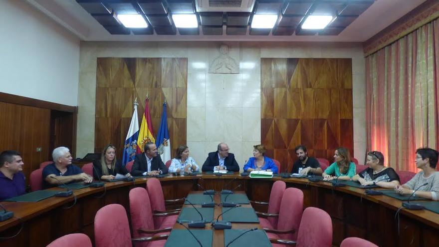 En la imagen, el presidente del Cabildo y el consejero insular de Turismo, en el salón de plenos, con la delegación de la Junta de Andalucía.