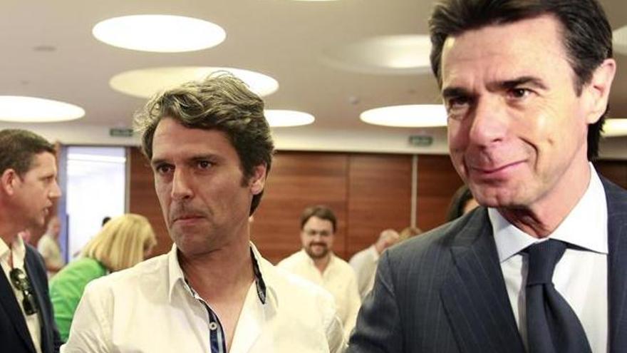 Enrique Hernández Bento, junto a José Manuel Soria. Entre ellos, al fondo, Asier Antona. (EFE)
