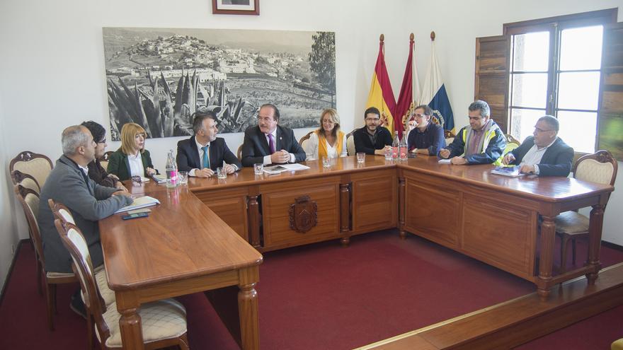El consejero de Obras Públicas y Deportes del Cabildo de Gran Canaria, Ángel Víctor Torres, en una visita a los municipios de Firgas y Valleseco.
