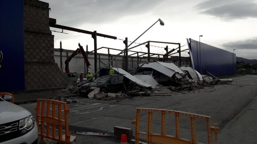Se derrumba el muro de una nave del Polígono de Raos y cae encima de tres vehículos sin causar heridos