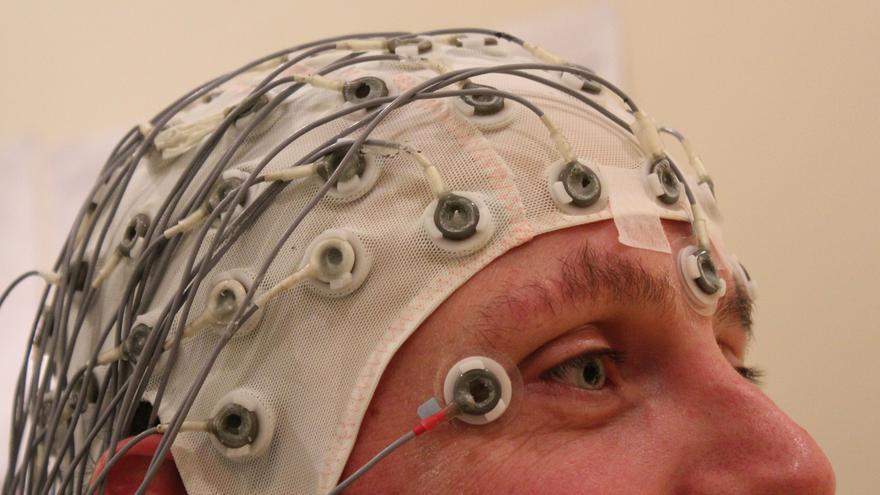 Supone medir los impulsos eléctricos del cerebro y dejar a un lado las manos