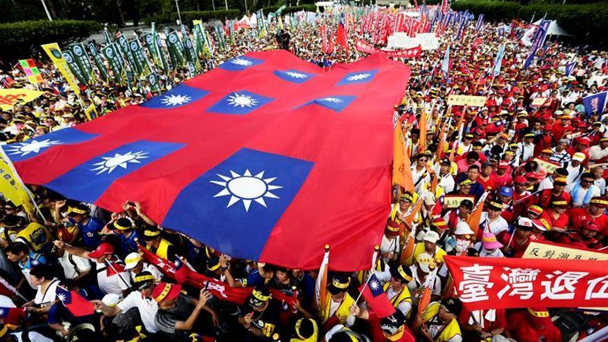 Decenas de miles de personas marchan contra la reforma de pensiones en Taiwán