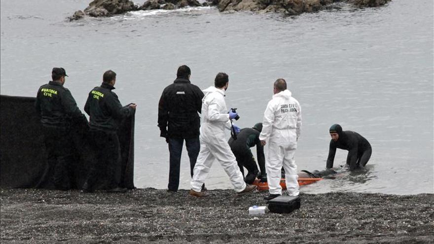 La playa del Tarajal de Ceuta, con el cadáver de un subsahariano. / Efe