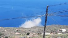 En la imagen, 'nube' formada por el polvo levando por el derrumbe en el litoral del barrio de Las Caletas (Fuencaliente)