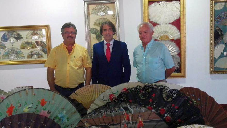 Primitivo Jerónimo, consejero de Cultura del Cabildo de La Palma, Francisco Paz, alcalde de San Andrés y Sauces, y el propietario de la colección de abanicos.
