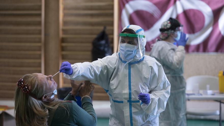 Sanitarios trabajando durante las pruebas de cribado de covid-19 con test de antígenos en pabellones deportivos de la ciudad. En el Pabellón Deportivo Pino Montano.
