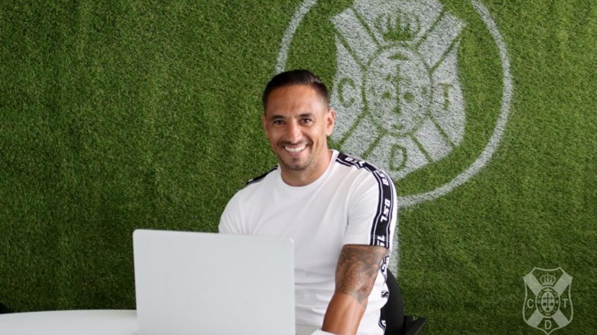 Suso Santana posa en las oficinas del CD Tenerife