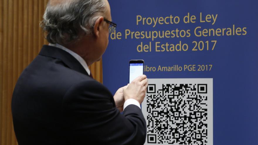 Cristóbal Montoro captura los Presupuestos Generales del Estado, minutos antes de presentarlos a la prensa