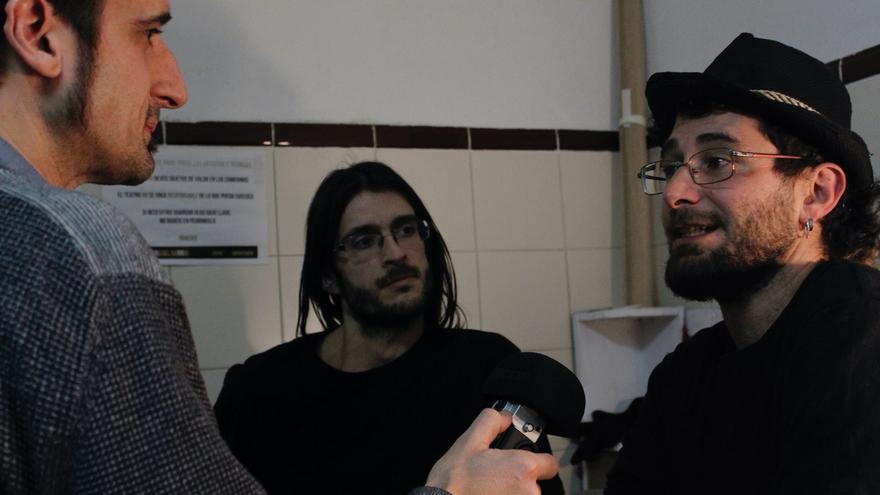 Alfonso Lázaro y Raúl García junto a Javier Gallego durante la entrevista