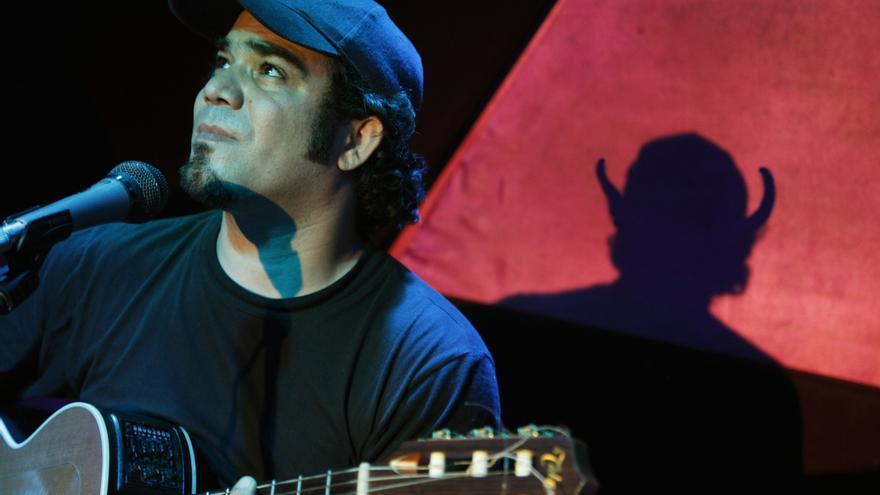 El trovador cubano Ray Fernández en una de sus actuaciones.