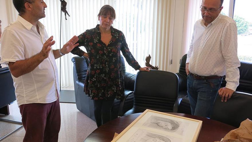 Chano Navarro muestra los bocetos de su nueva obra a la alcaldesa de Santa Lucía