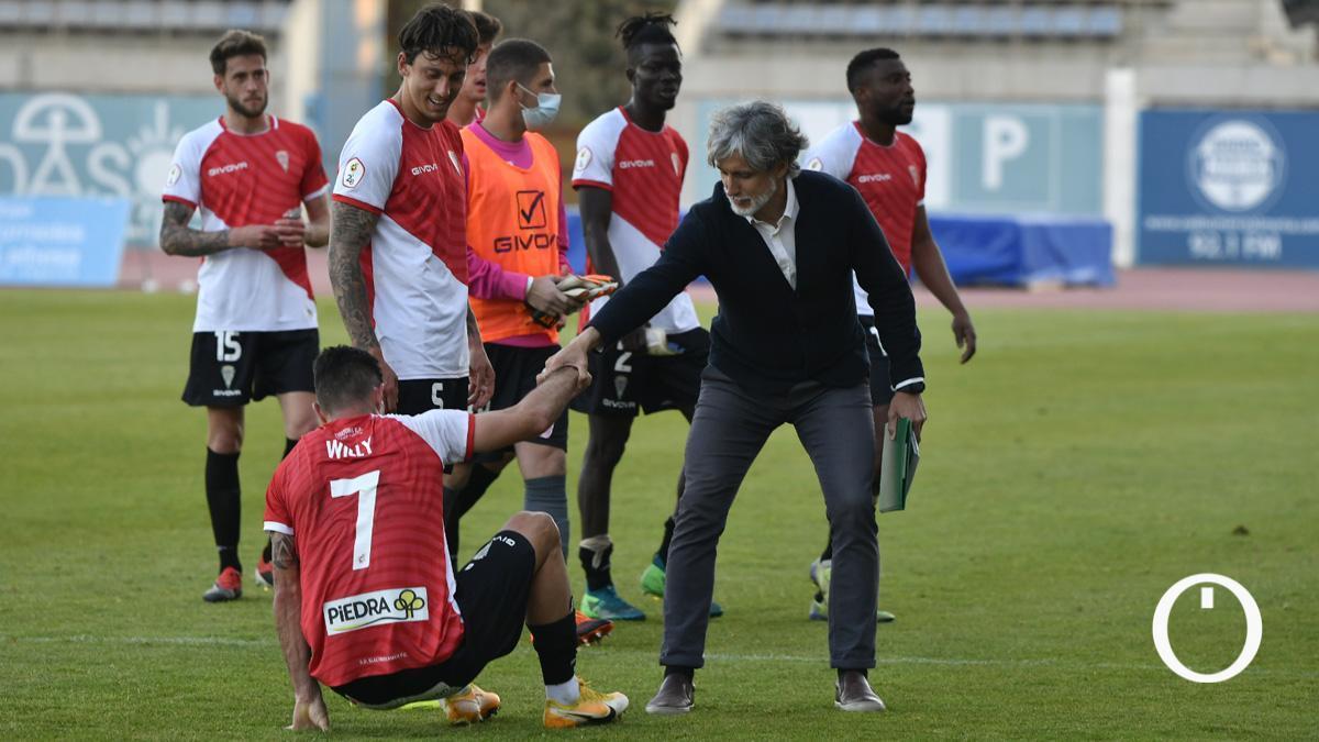 Alfaro ayuda a Willy tras el duelo con El Ejido 2012.
