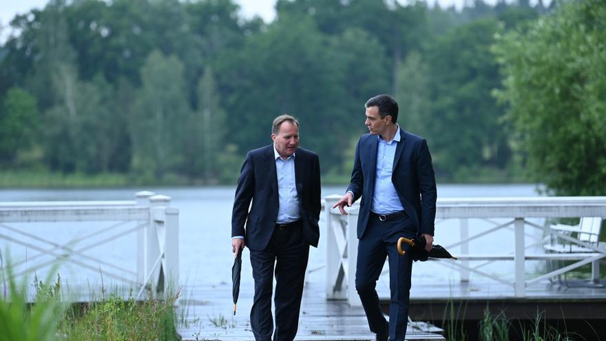 El presidente del Gobierno, Pedro Sánchez (i), junto con el primer ministro sueco, Stefan Löfven (d), junto a un embarcadero durante un paseo por la residencia vacacional de Harpsund, Suecia este miércoles