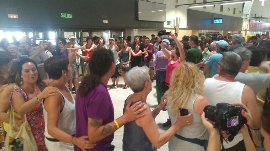 """Abriendo Fronteras protesta en el aeropuerto por la """"deportación"""" de un migrante en un vuelo Barcelona-Dakar"""