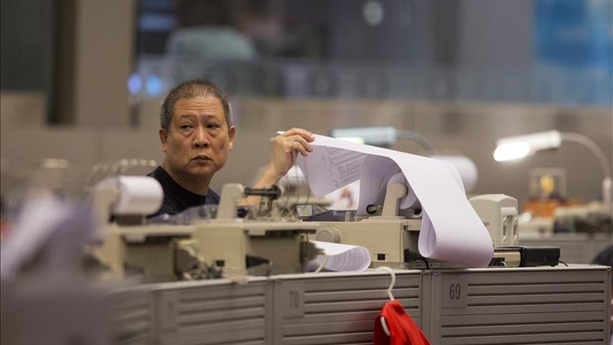 El índice Hang Seng baja el 1,19 por ciento a media sesión