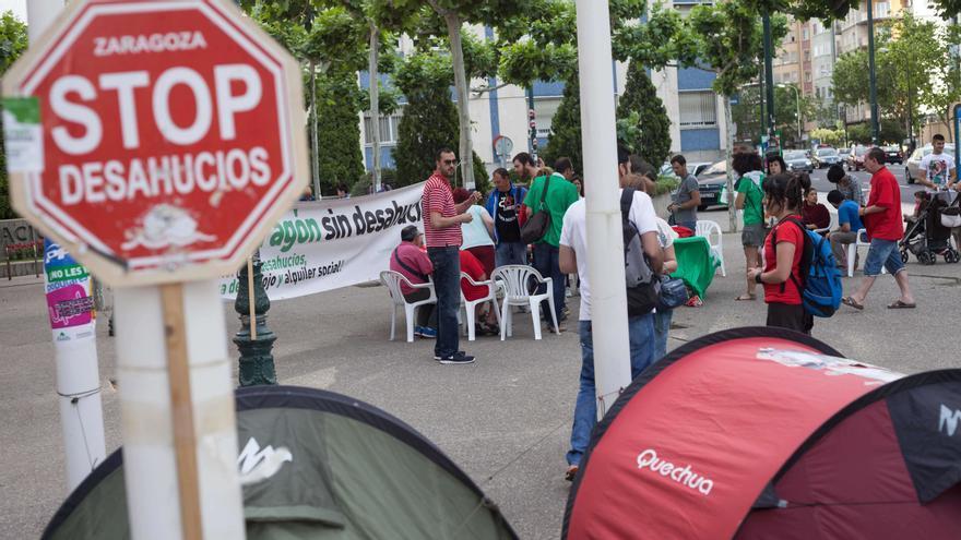 Acampada frente al Gobierno de Aragón de Stop Desahucios Zaragoza. Foto: Juan Manzanara