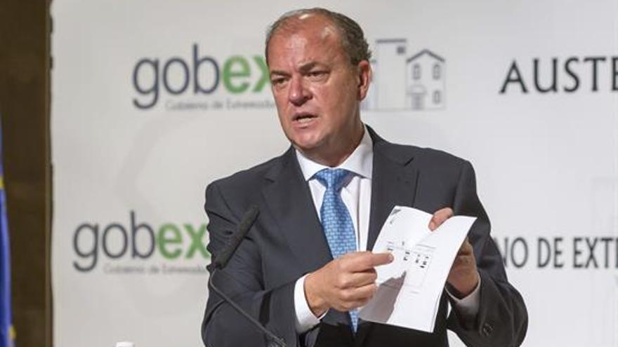 El presidente de Extremadura durante su comparecencia ante la prensa.