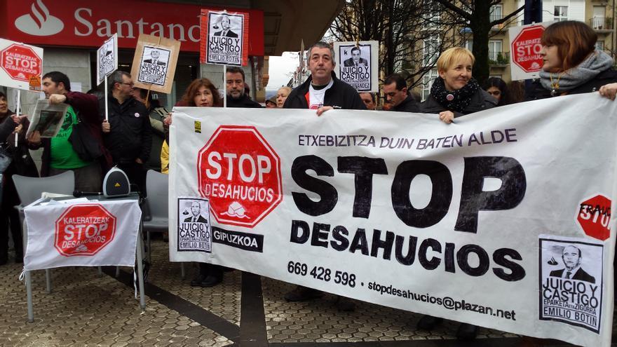 Concentración de Stop Desahcios Gipuzkoa para denunciar la subasta de la vivienda de José Ángel, tras la pancarta