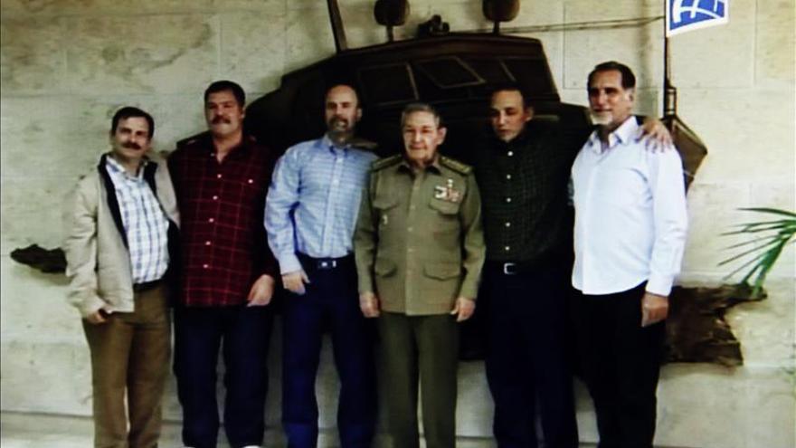 Captura de video de la transmisión del canal Cubavisión, del recibimiento del presidente Raúl Castro (c), a los agentes cubanos Gerardo Hernández (c-i), Antonio Guerrero (2-i) y Ramón Labaniño (c-d), quienes fueron liberados por EE.UU. y llegaroneste miércoles a La Habana (Cuba). EFE