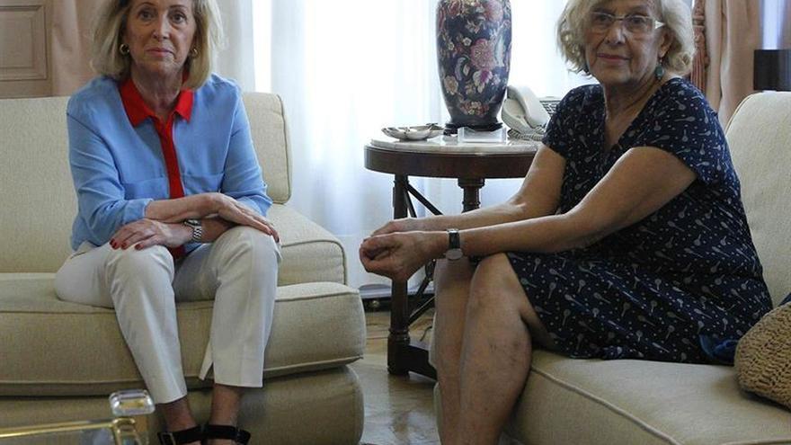 La delegada del Gobierno en Madrid, Concepción Dancausa (i), y la alcaldesa de Madrid, Manuela Carmena (d), durante una reunión.