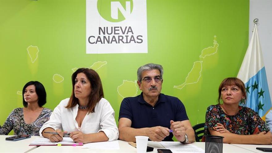 El presidente de Nueva Canarias, Román Rodríguez (2d), y la vicepresidenta Carmen Hernández (2i), durante la reunión de la comisión ejecutiva que este partido celebró este lunes en Las Palmas de Gran Canaria. EFE/Elvira Urquijo A.