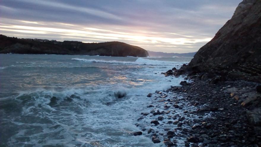 Activado en Euskadi este domingo el aviso naranja por riesgo marítimo costero y amarillo por vientos de 100 km/h