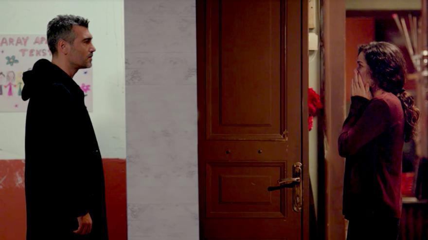 Bahar abre la puerta y se encuentra a Sarp en 'Mujer'