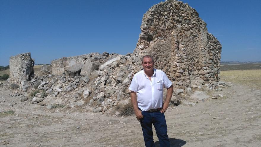 Pedro Rincón, alcalde de Driebes, en la ciudad romana de Caraca. FOTO: Raquel Gamo