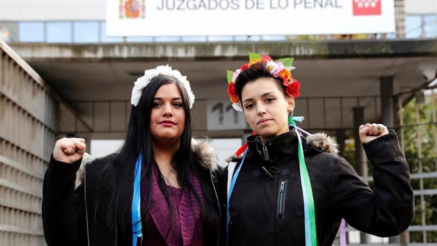 Condenadas dos activistas de Femen por encadenarse al altar de la Almudena