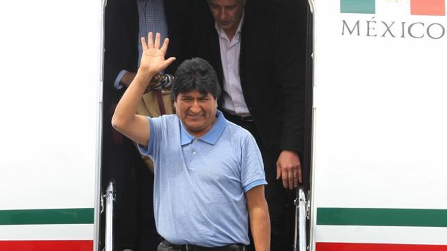 El expresidente de Bolivia Evo Morales saluda a su llegada este martes al Aeropuerto Internacional de la Ciudad de México.
