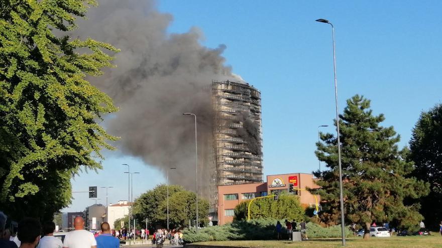 Un incendio devora un edificio  de 20 pisos en Milán