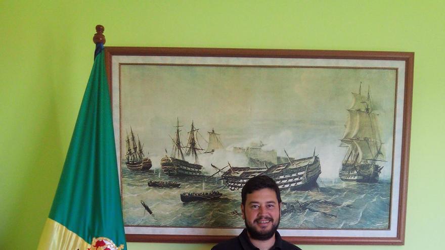 Ana Isabel Cabrera González y Jacob Qadri, alcalde Barlovento, muestra el cartel anunciador de las fiestas patronales,