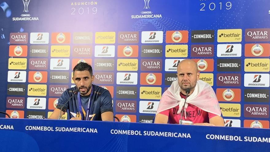 Miguel Ángel Ramírez, a la derecha, en la rueda de prensa tras la final, junto al futbolista del Independiente del Valle Pellerano. (CONMEBOL)