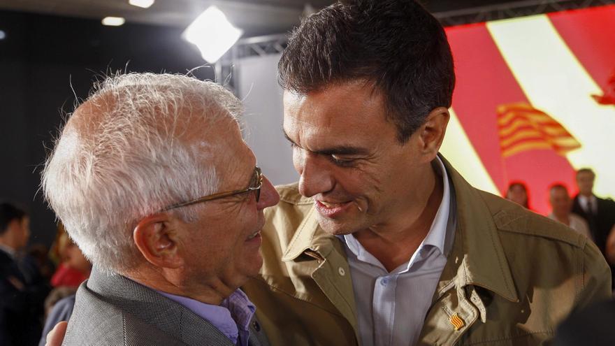 Pedro Sánchez y el ex ministro socialista, Josep Borrell, en la campaña de las elecciones catalanas, en septiembre de 2015.