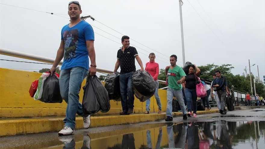 Parlamentarios venezolanos dicen que paso masivo a Cúcuta refleja el hambre