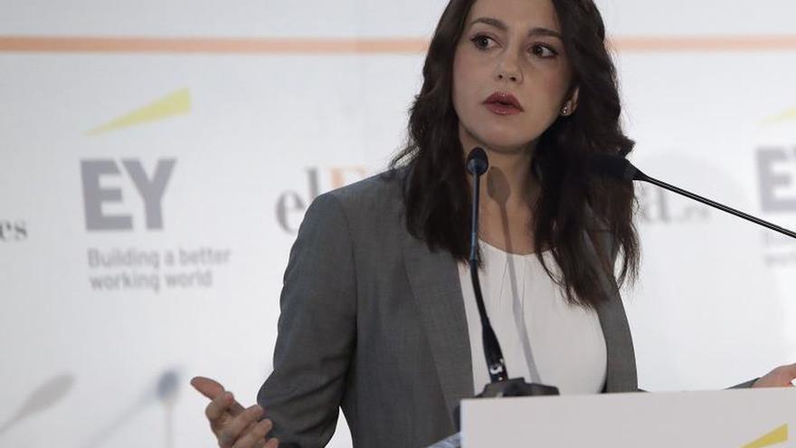 """Arrimadas: Los independentistas están """"salivando"""" ante el gobierno de Sánchez"""